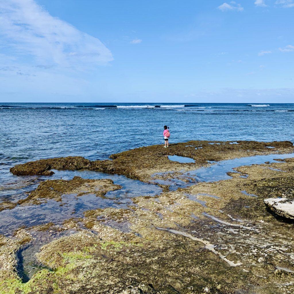 岩礁の先端に立つ娘
