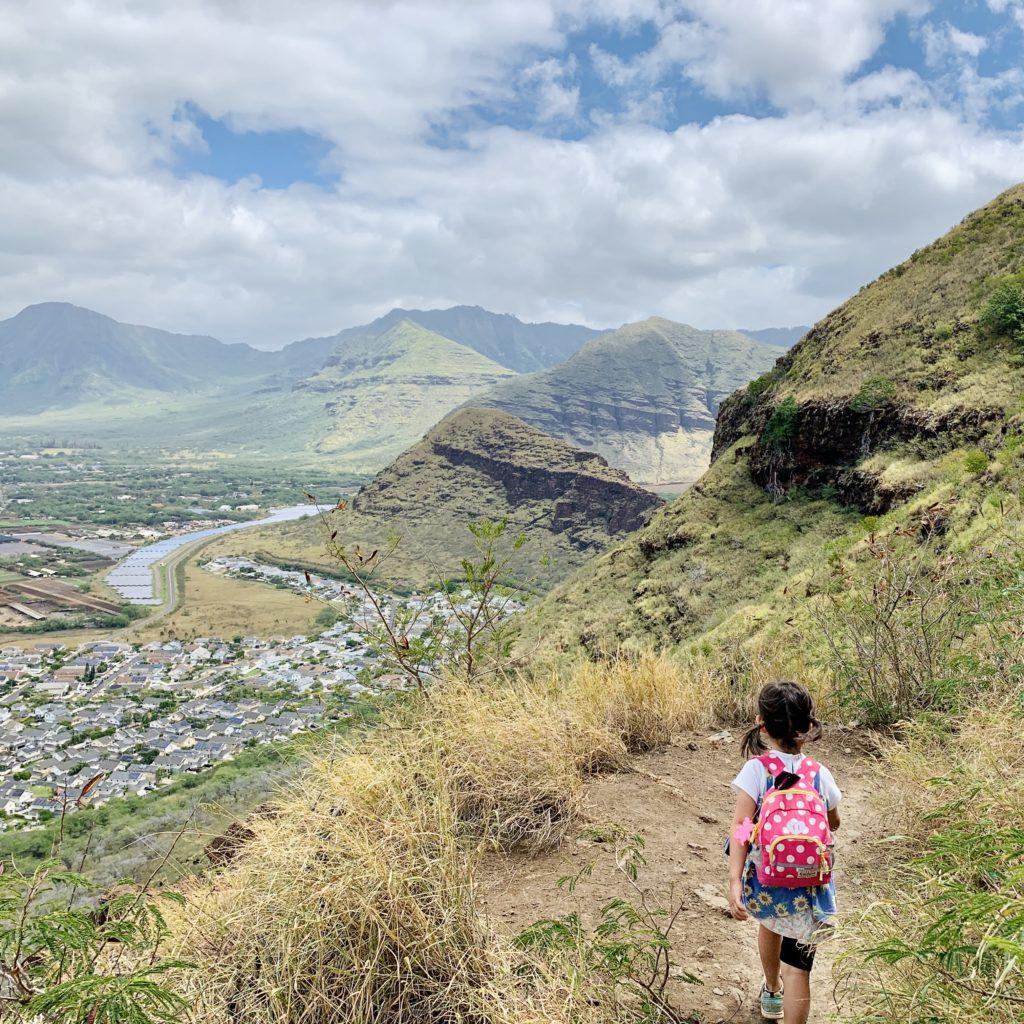 山脈を見る娘