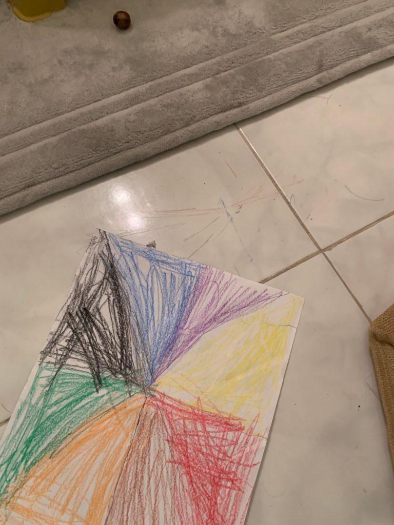 床に散らかる娘の絵
