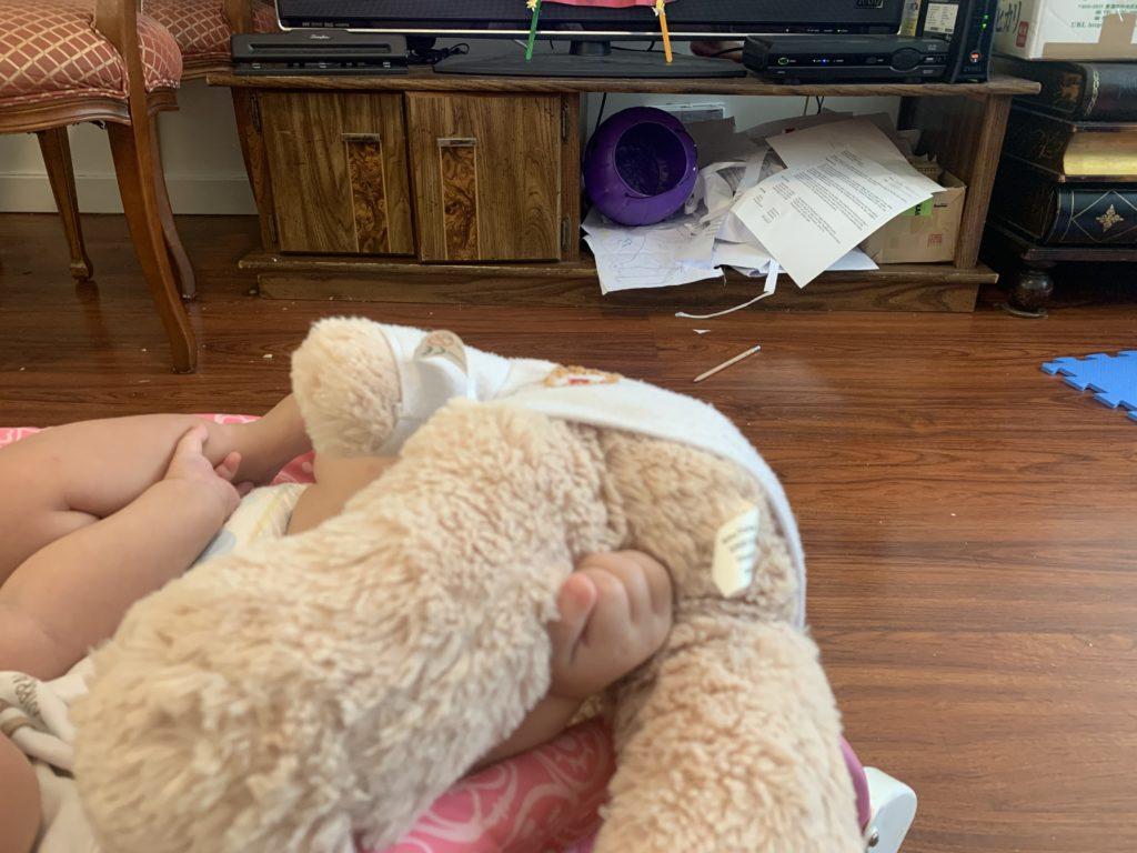 テレビの下のスペースにすべてを詰め込んだ娘の片付け
