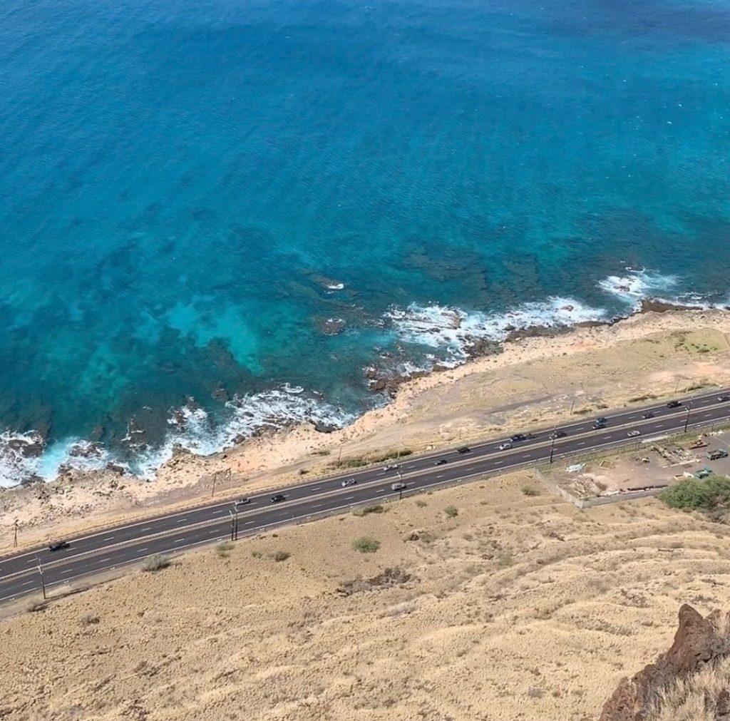 崖から下をみた様子 海沿いを走るハイウェイが見える