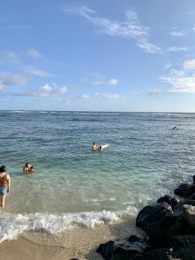 海でロングボードで遊ぶ妻と娘