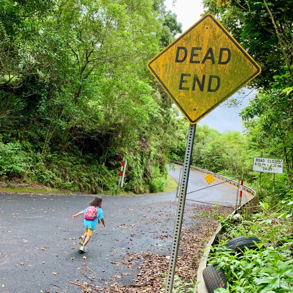 dead endの標識の先へ走る娘