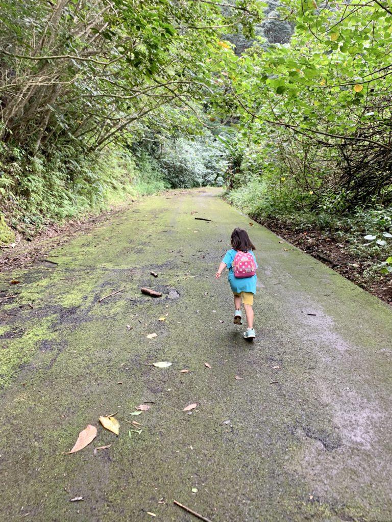 舗装路を走る娘