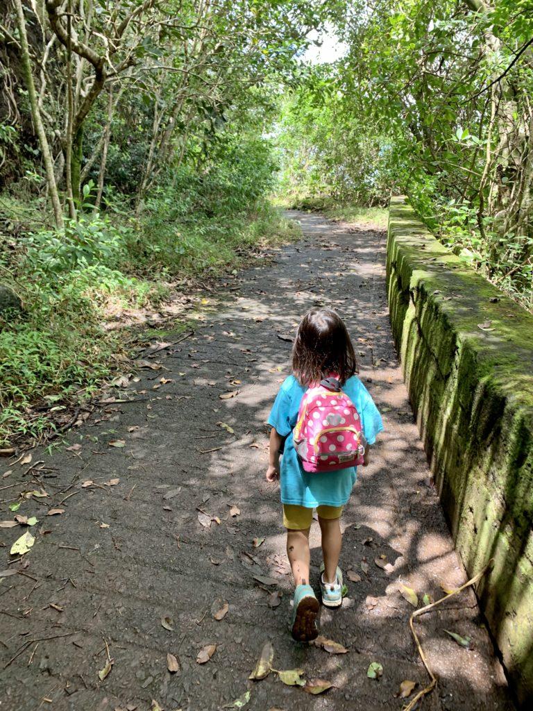 再びの舗装路を歩く娘