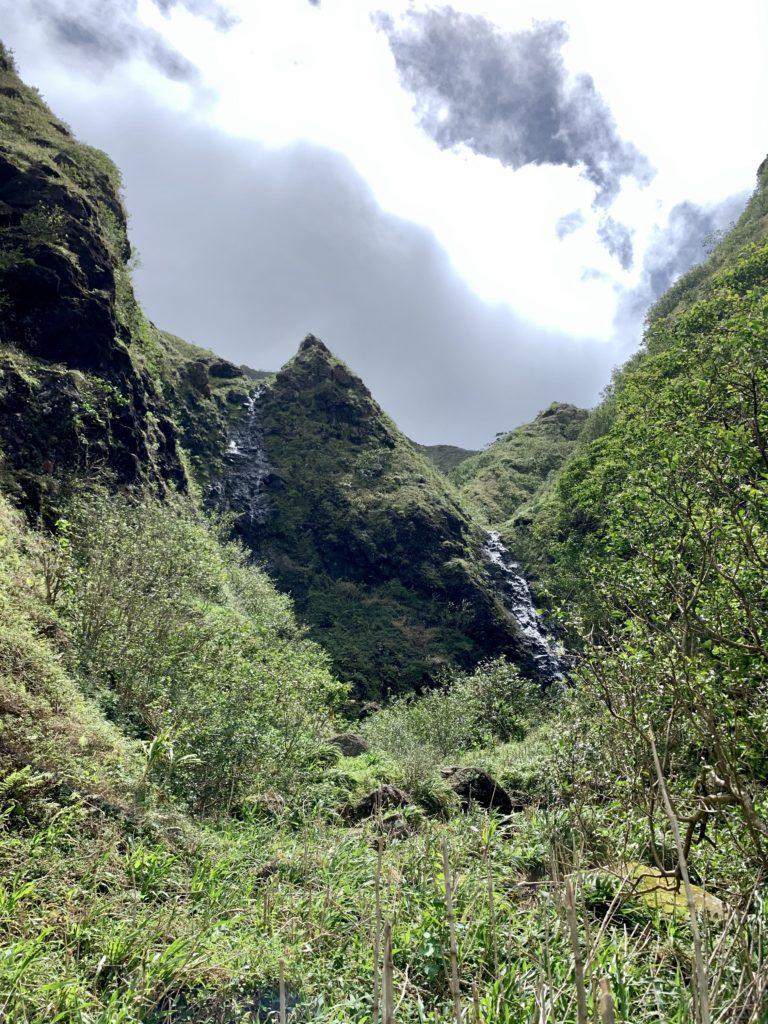 ツインフォールズ 中央に尖った山があり、滝が二又に分かれている。
