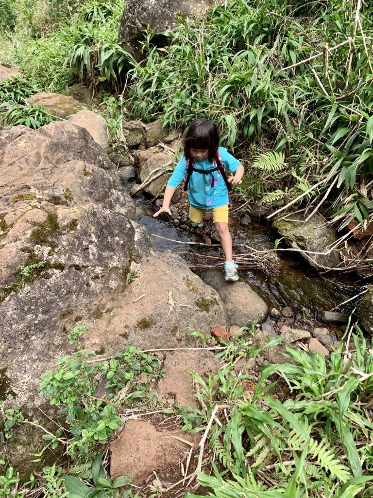 川を飛び越える娘