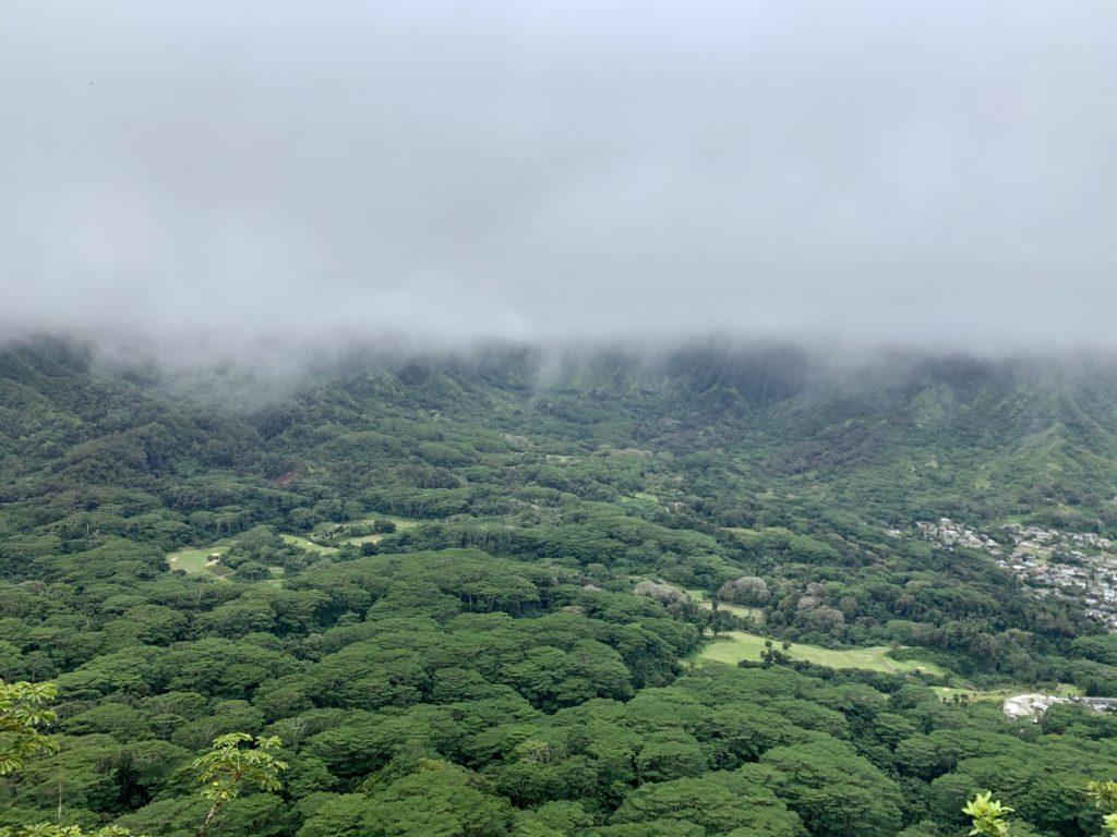 雲にすっかり隠れているコオラウ山脈