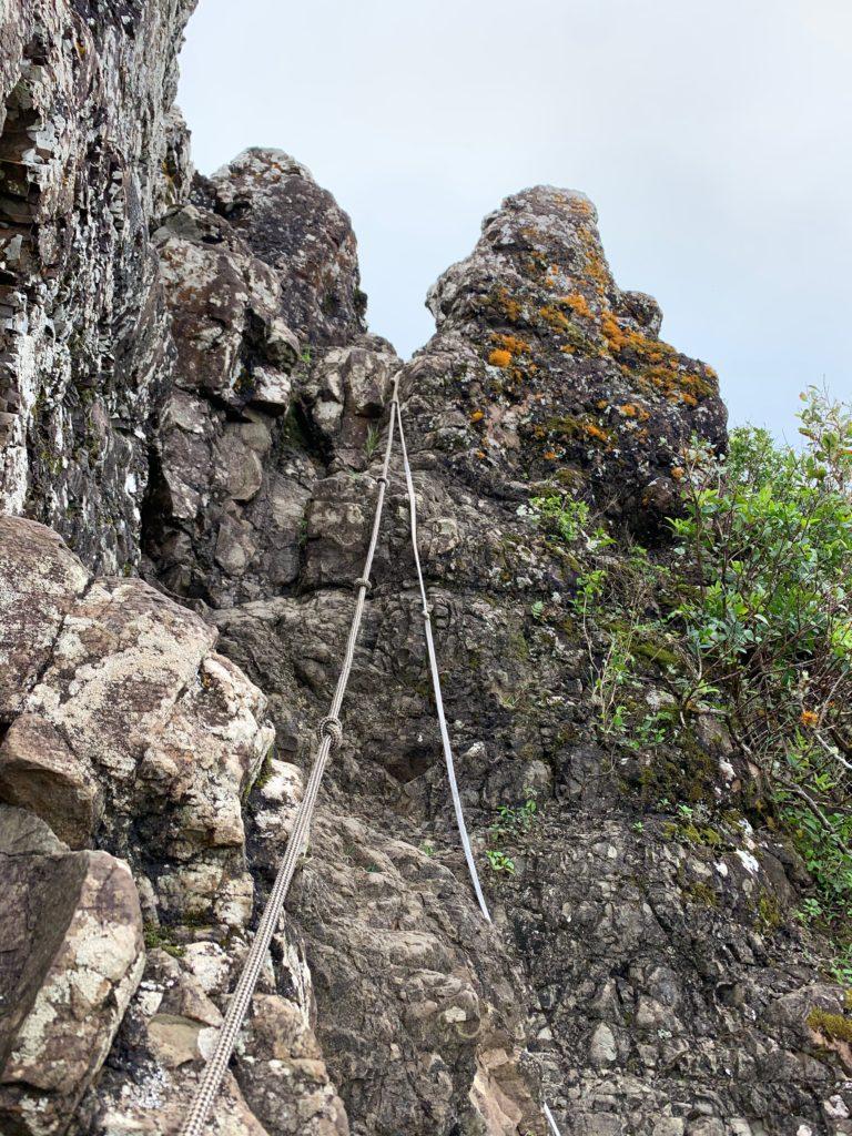岩壁にロープがさがっている