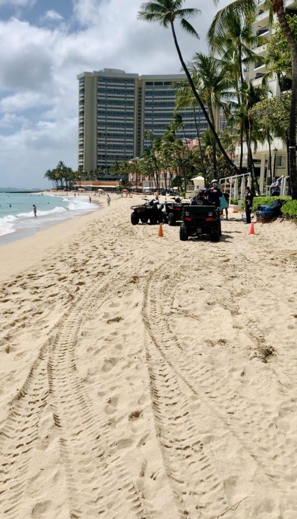 ビーチで休憩している人を警察が注意している