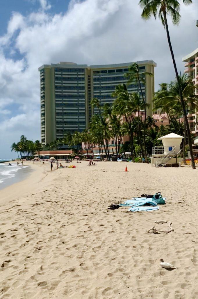 ロイヤルハワイアンホテル前のビーチ 意外とくつろいでいる人がいる