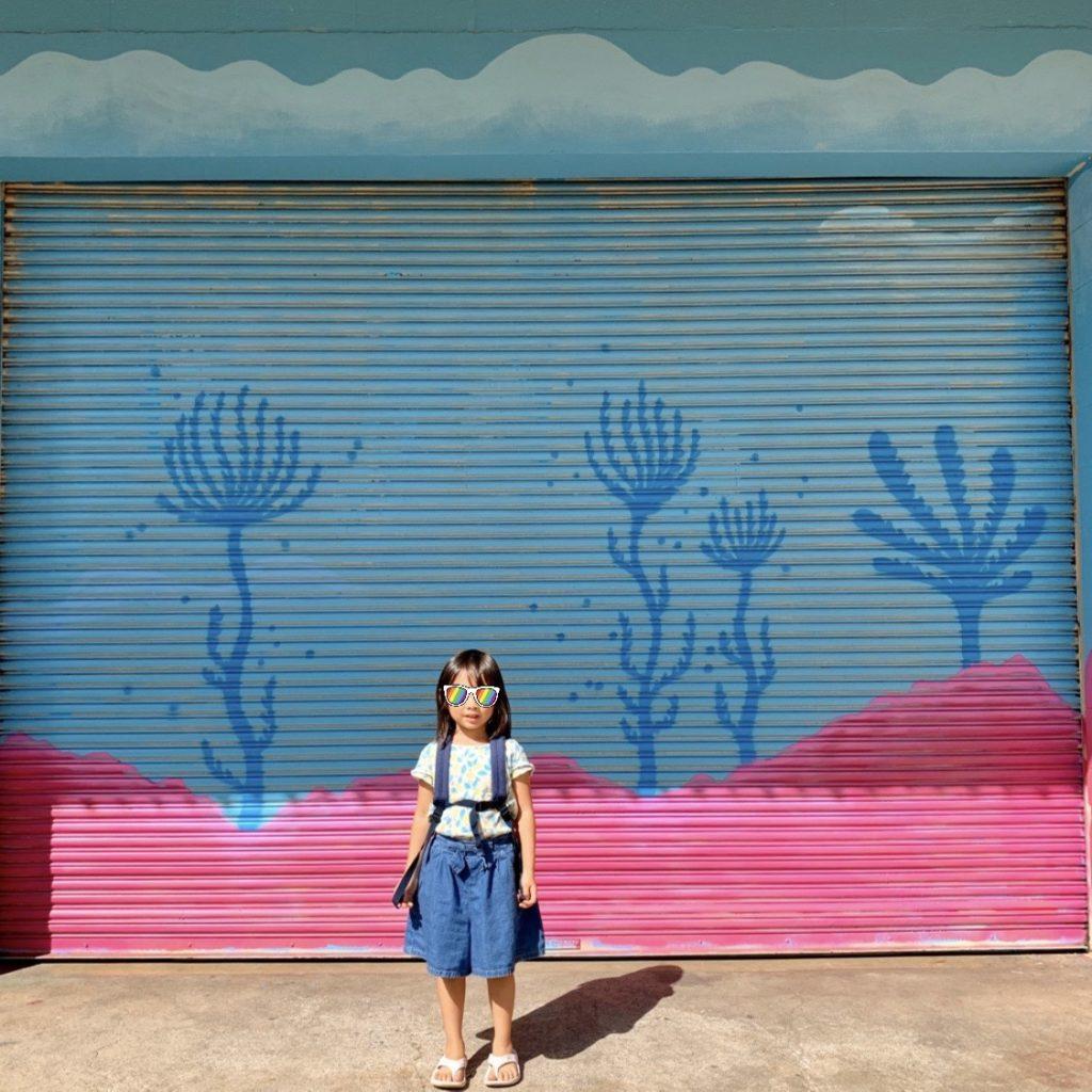 水色とピンクで海底を描いたシャッター