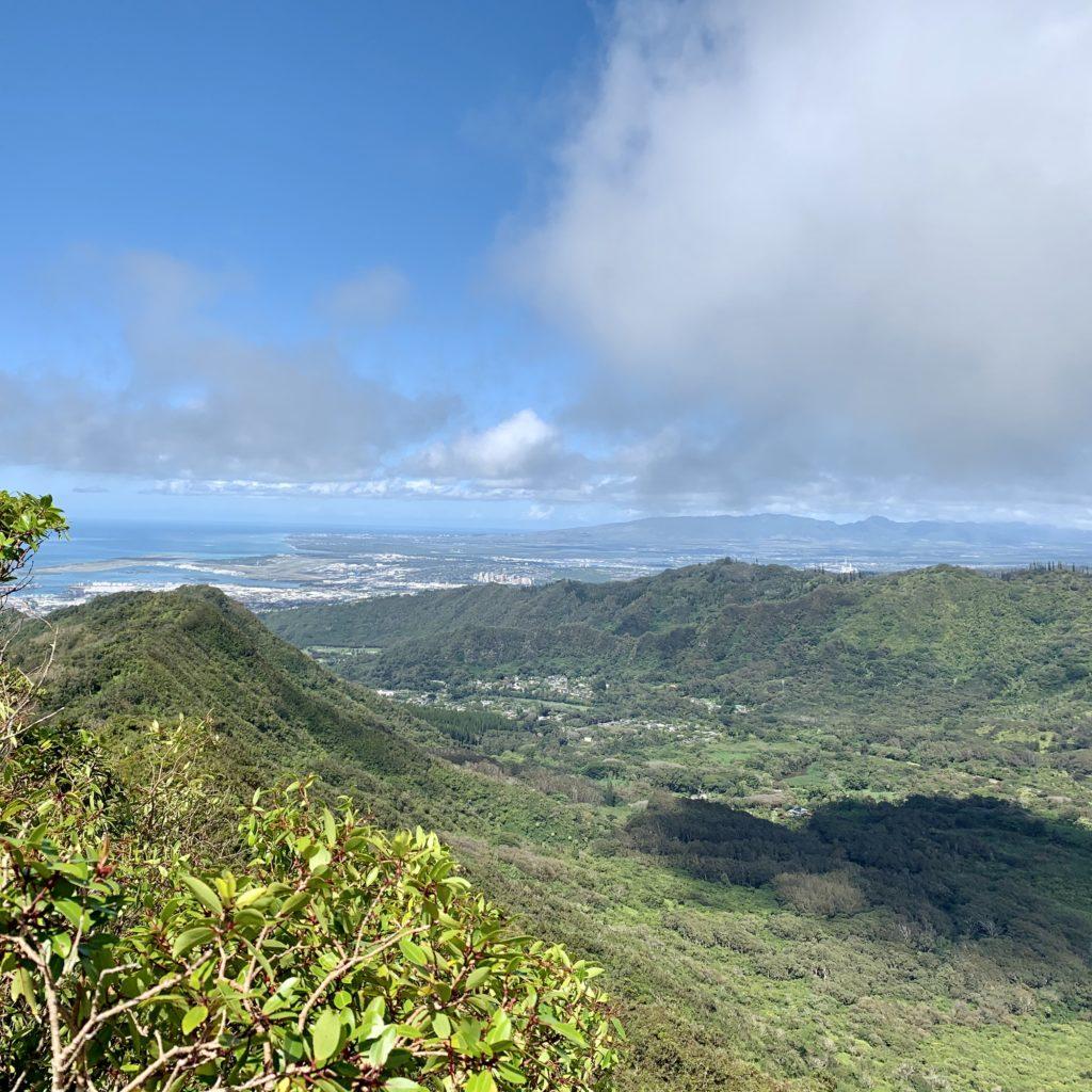 西側を見ると真珠湾が見える