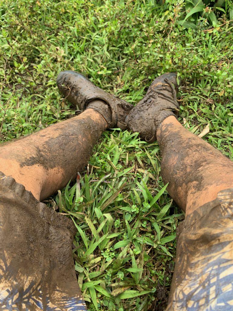 太もものあたりまで泥まみれになっている足 ズボンがひどい色をしている