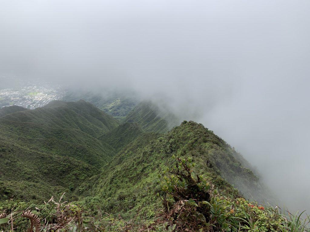ホノルル方面にも雲が回ってきたため、これから歩いて帰る山脈も真っ白な雲に覆われている