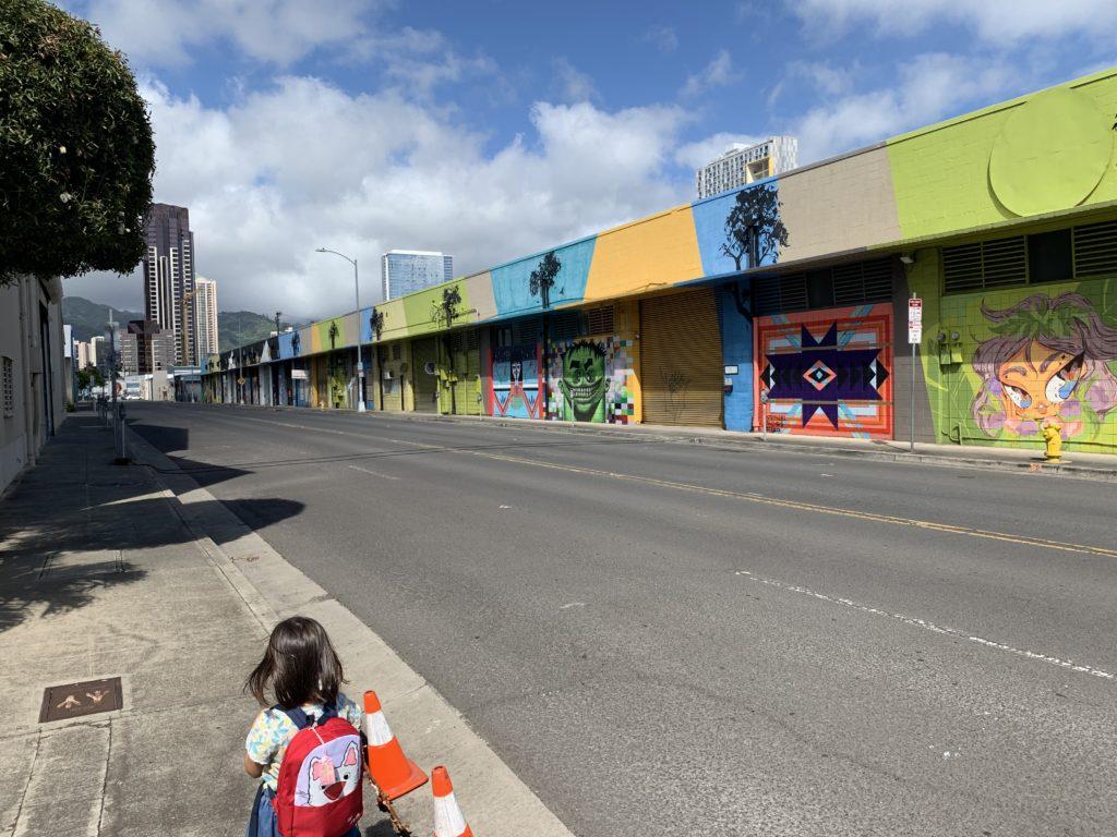 ウォールアートが並ぶクックストリート