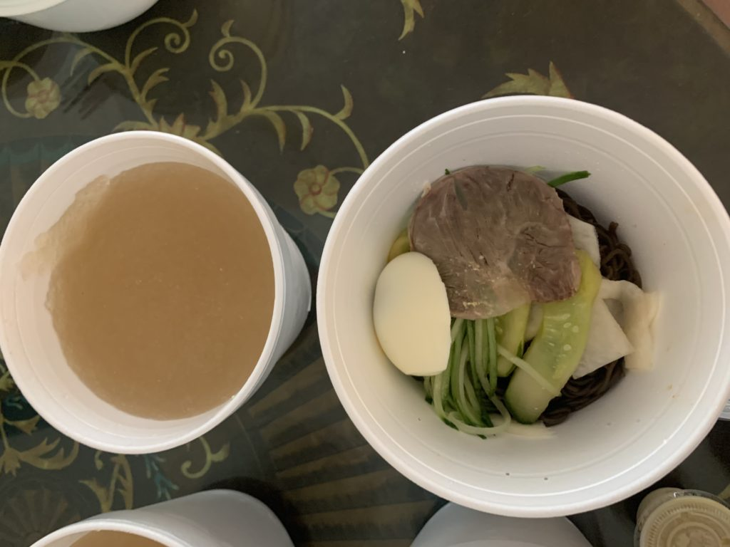 冷麺とスープが別容器に入っていて、スープはミゾレ状に凍っている。
