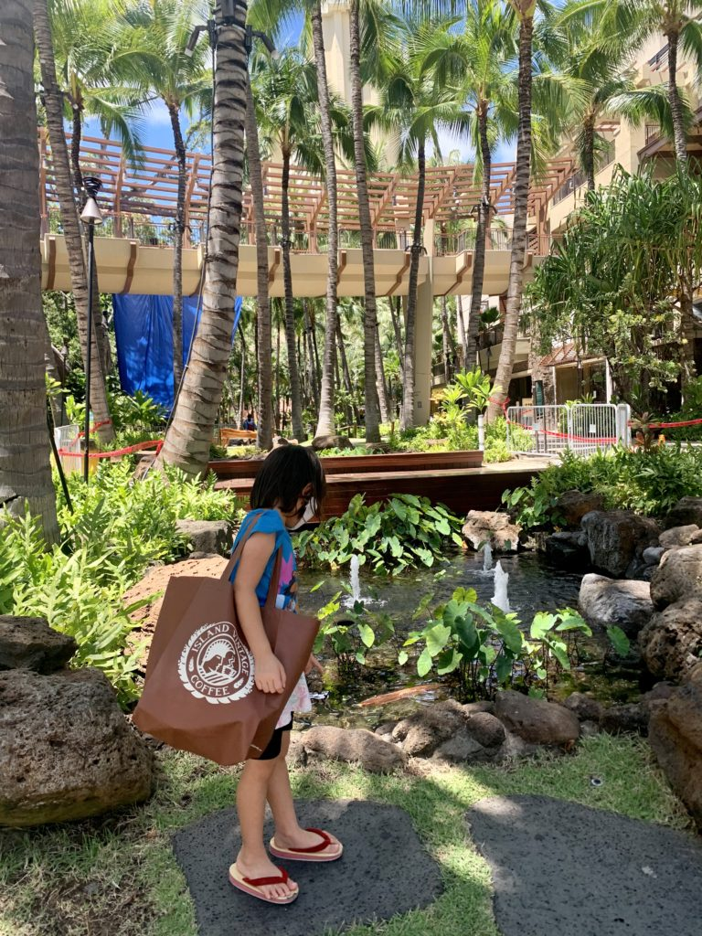 ロイヤルハワイアンセンターでとった写真 娘がアイランドヴィンテージのエコバックを持っている